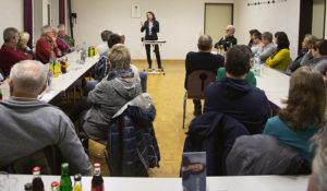 Reges Interesse der Bürgerinnen und Bürger in Dernau an der Kandidatin zur Bürgermeisterin der VG Altenahr n Dernau